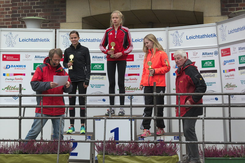 Siegerehrung der weiblichen Jugend U18 über fünf Kilometer. Platz eins und Siegerpokal für Carla Weiser, die in 19:10 Minuten vor Anka Hagelschuer, LAZ Soest und Johanna Wernicke, Marathonclub Menden, überlegen gewann.